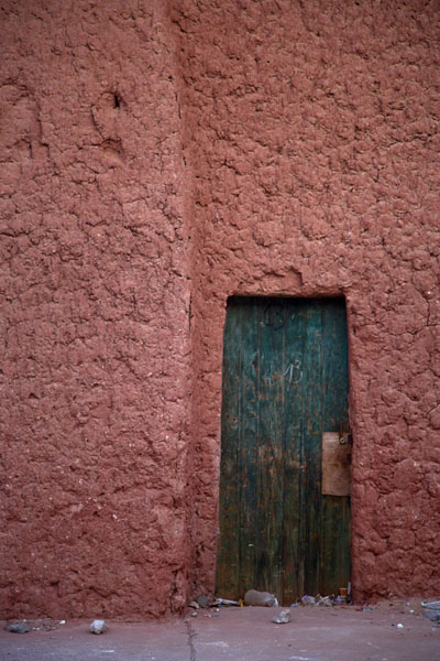 Picture of Timimoun Old Town (Algeria): Green wooden door in red painted adobe walls in Timimoun