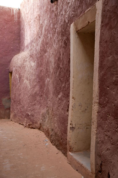 Adobe wall with the red colour typical of Timimoun | Vielle ville de Timimoun | Algérie