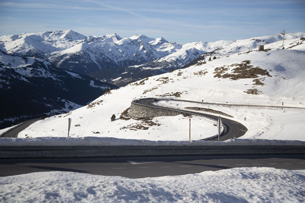 Snowy mountains with curving Envalira mountain road | Envalira bergpas | Andorra