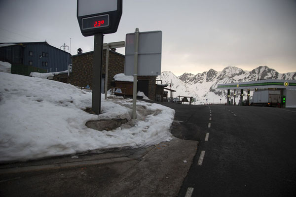 Foto de Early morning view of the top of Envalira mountain passPort d'Envalira - Andorra