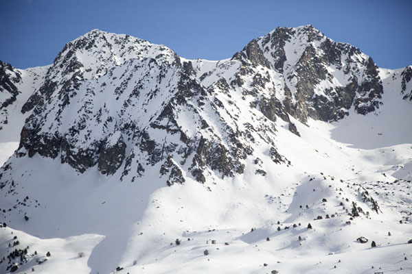 Mountain range with snow seen from Envalira pass | Port d'Envalira | Andorre