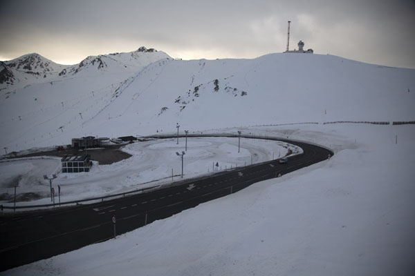 Road meandering through the snowy Pyrenees landscape | Envalira bergpas | Andorra