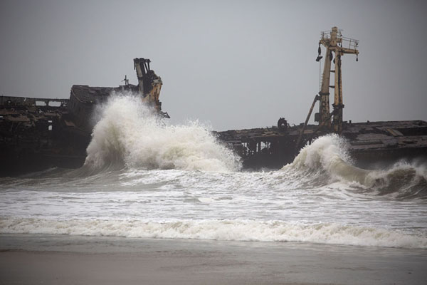Foto de Wild waves rolling around a shipwreckCacuaco - Angola