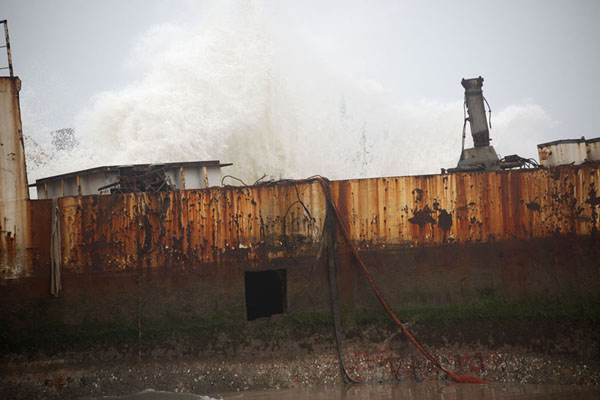Foto de Wave slamming into a rusting shipwreck on the beach - Angola - Africa