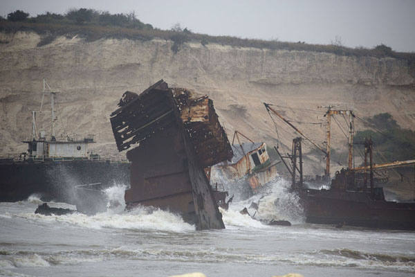 Foto van Shipwrecks in the surf under the cliffsCacuaco - Angola