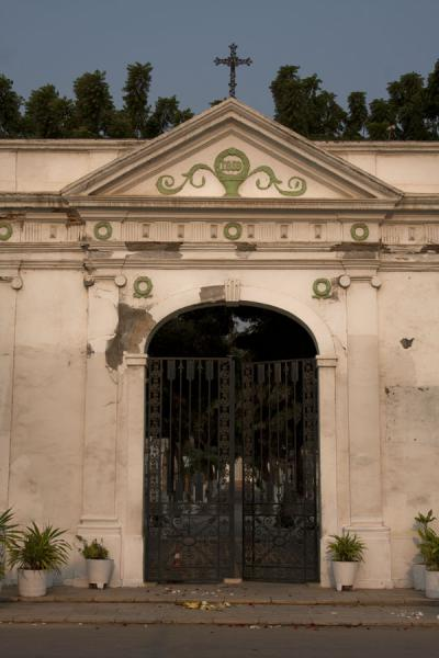 Foto di Main entrance gate to the Alto das Cruzes cemeteryCimetero Alto das Cruzes - Angola