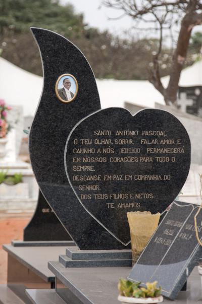 Picture of Alto das Cruzes cemetery (Angola): Heart-shaped modern tombstone