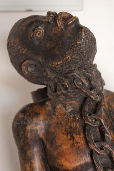 Foto di Statue of chained slave in the museumMuseo della schiavitù - Angola