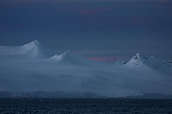 Sunset over the snow-capped mountains of Antarctica | Estrecho Antárctico | Antártida