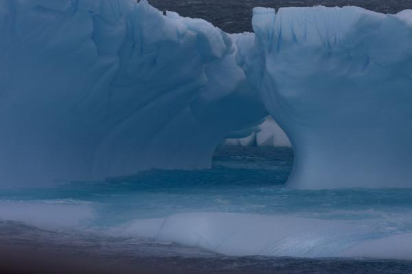 Photo de Looking inside an icebergDétroit Antarctic - Antarctique