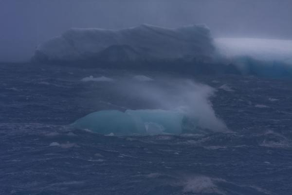 Water blowing over a small iceberg in Antarctic Sound | Estrecho Antárctico | Antártida