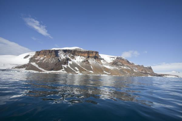 Photo de The steep cliffs of Brown Bluff rising from the Antarctic Sound - Antarctique - Antarctique