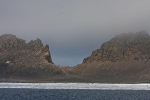 Foto de Neptune Window and ice floating in the caldera of Deception Island - Antártida