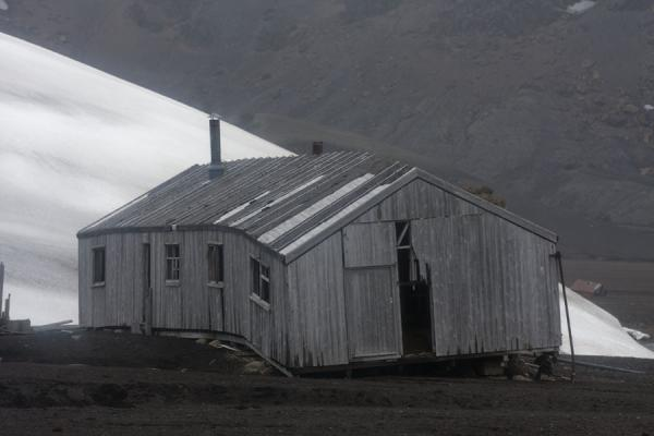 Foto de Ruin of a wooden house at Deception Island - Antártida