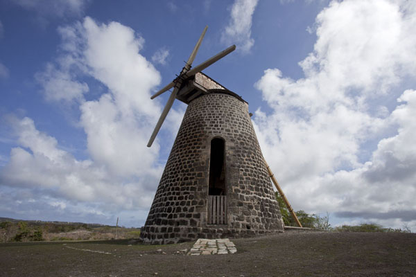 Foto van The restored windmill with sailsBetty's Hope - Antigua en Barbuda