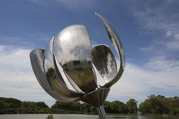 The opened leaves of the Floralis Genérica - 阿根廷