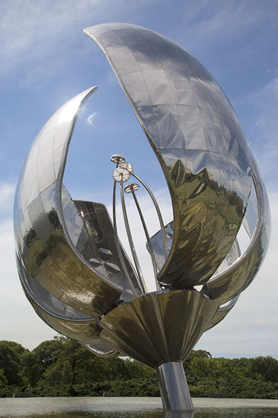 Looking up the petals of the Floralis Genérica - 阿根廷