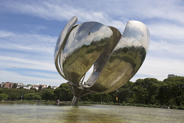 The reflective petals of the Floralis Genérica above the pool | Floralis Genérica | Argentina