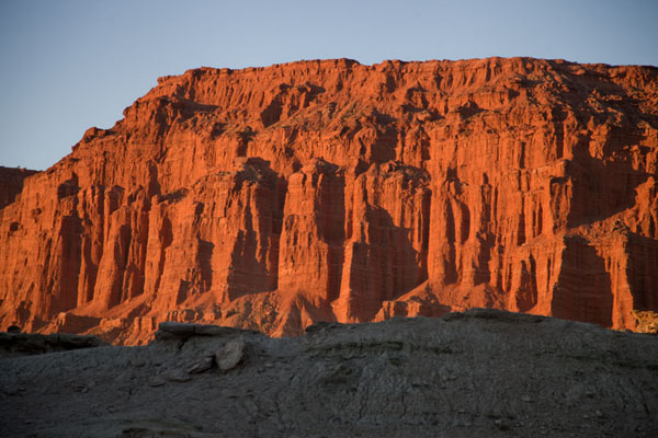 The last rays of sunshine of the day giving the red cliffs near El Hongo a deep red colour | Parque Ischigualasto | Argentina