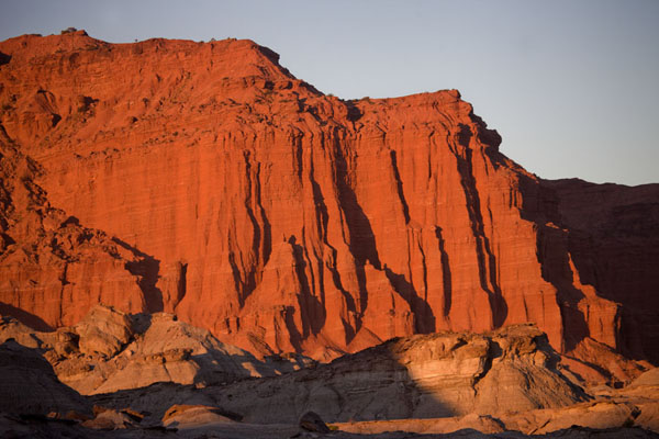 Picture of Parque Ischigualasto (Argentina): Just before sunset, the cliffs at El Hongo get a deep red glow
