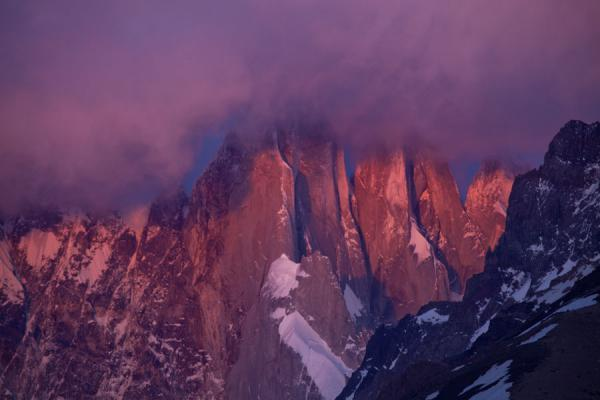 Foto van Purple, orange and pink light over Cerro Torre at sunrise - Argentinië - Amerika