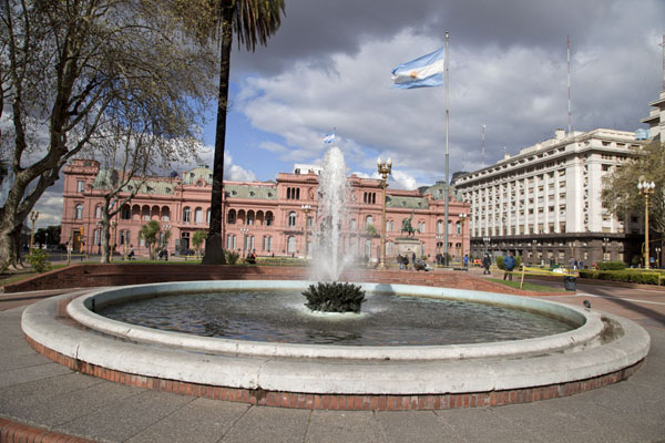 Fountain and the Casa Rosada in the background | Plaza de Mayo | Argentina