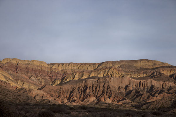 Foto di Colourful mountain range north of Tilcara in the early morningQuebrada de Humahuaca - Argentina