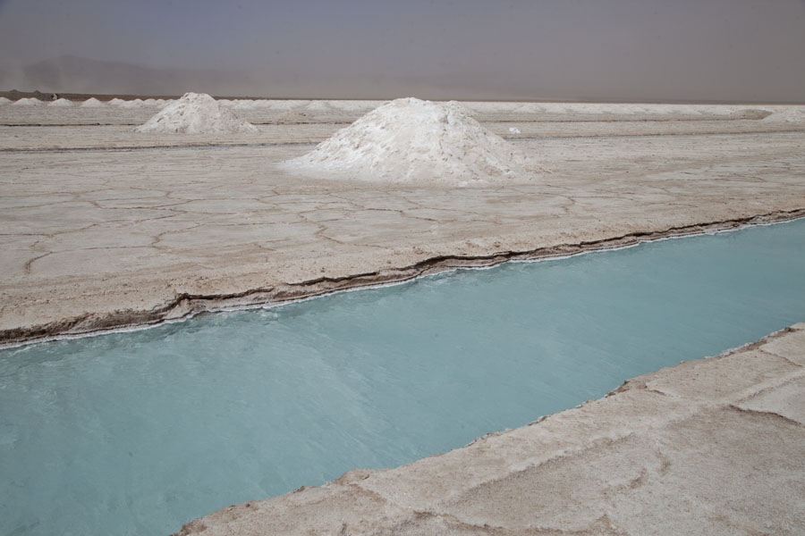 Foto van A water basin with mounds of salt in Salinas Grandes - Argentinië - Amerika