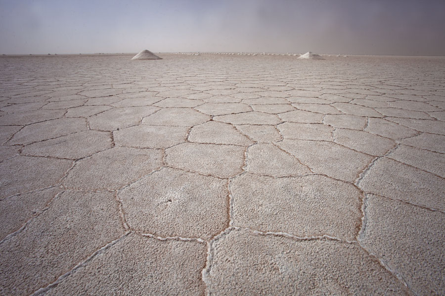 Foto de Argentina (View of the vast salt lake with a few mounds of salt)