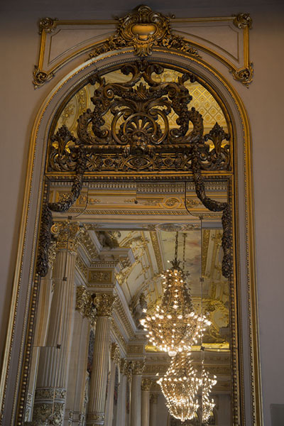 Posh chandeliers reflected in the mirror of the Golden Room | Teatro Colón | Argentinië