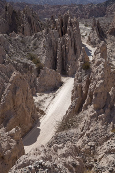 Rock formations and ripio road at the Quebrada de las Flechas - 阿根廷 - 北美洲