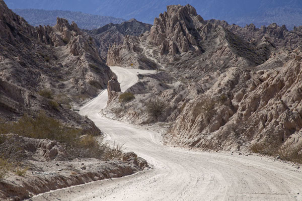 The ripio road cutting through the Quebrada de las Flechas | Valles Calchaquies | l'Argentine