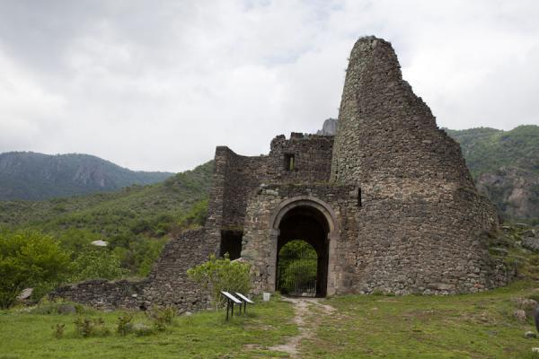 Entrance of Akhtala is through a crumbling portal | Monasterio de Akhtala  | Armenia