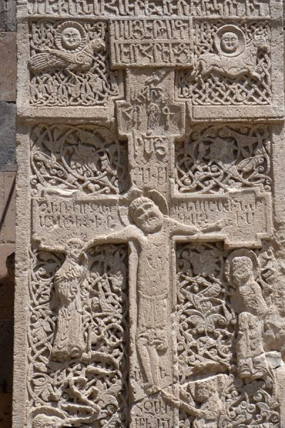 Foto de Religious figures carved out of cross-shaped khachkar outside Ejmiatsin Cathedral - Armenia - Asia