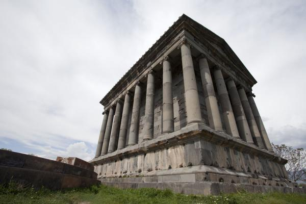 Foto de Looking up the temple of GarniTemplo de Garni - Armenia