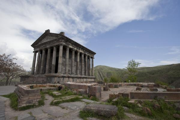 Foto de Temple of Garni at the edge of the cliffsTemplo de Garni - Armenia
