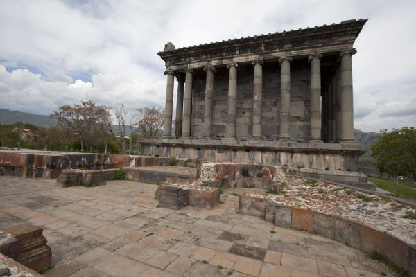 Foto de Side view of Garni temple with ruins of church in the foregroundTemplo de Garni - Armenia