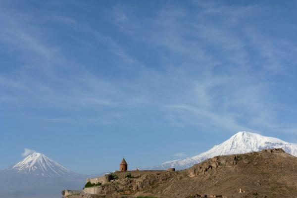 Mount Ararat and Little Ararat with the dome of Khor Virap in the middle | Khor Virap klooster | Armenië