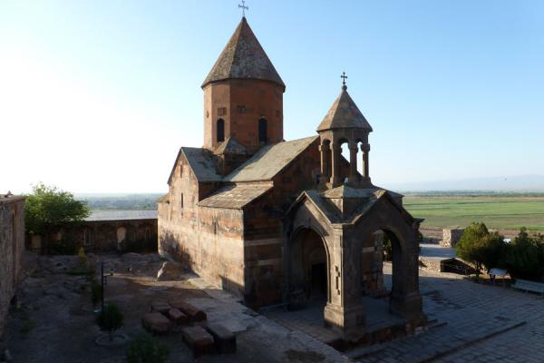 Early morning sunlight on the Astvatsatsin church at Khor Virap monastery | Khor Virap klooster | Armenië