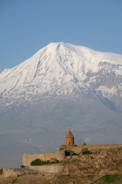 Picture of Mount Ararat looming high over Khor Virap monastery