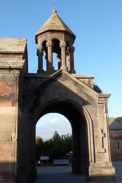 Arched entrance with bell-fry of Astvatsatsin church | Monasterio de Khor Virap | Armenia