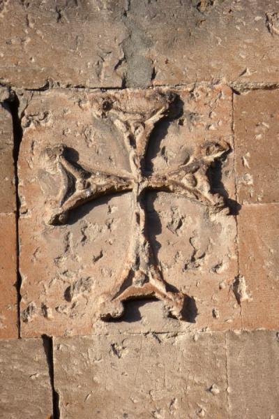 Foto de Early morning light on a cross carved out of a wall at Astvatsatsin church, Khor Virap monastery - Armenia - Asia