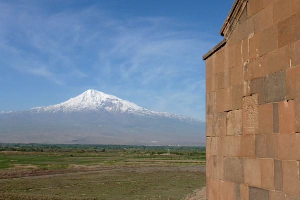 Photo de Mount Ararat and part of the exterior wall of Khor Virap monasteryMonastère de Khor Virap - Armenia