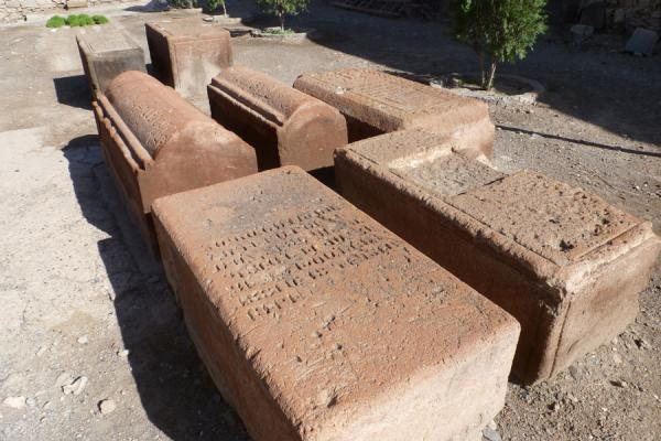 Foto van Tombstones decorated with carvings inside the Khor Virap monastery - Armenië - Azië