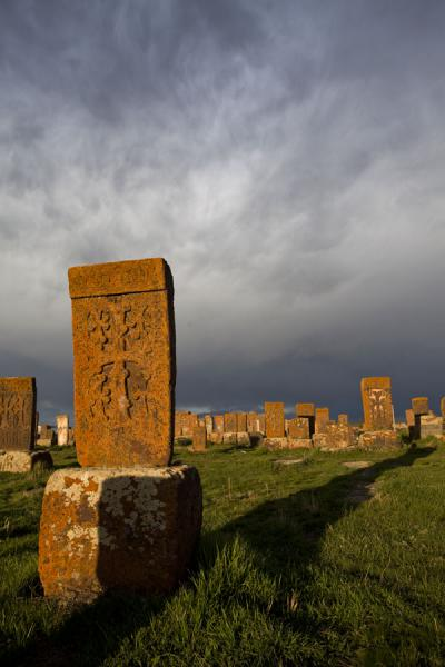 Khachkar casting a long shadow at the cemetery of Noratus | Noratus chatsjkars | Armenië