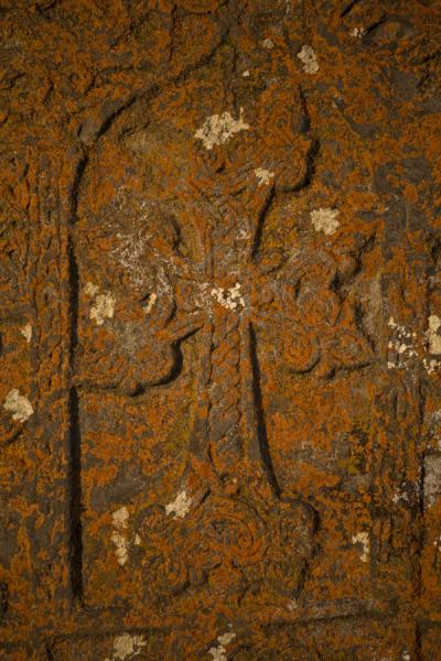 Foto de Detail of cross carved out in a khachkar at the Noratus cemeteryJachkar de Noradus - Armenia