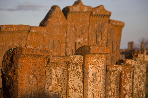 Two rows of khachkars at the end of the day at Noratus cemetery | Noratus chatsjkars | Armenië