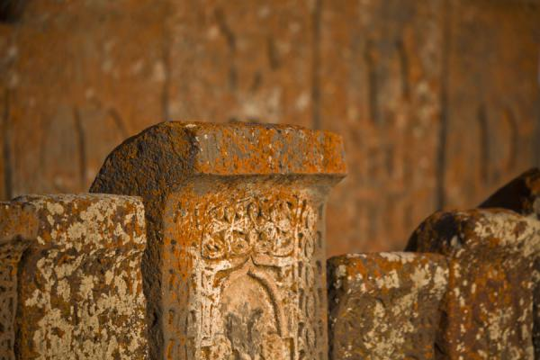 Several khachkars in a row, with yet more khachkars in the background | Khachkar di Noraduz | Armenia