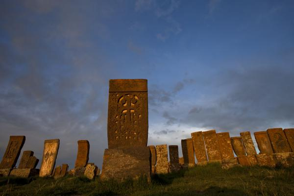 Foto de Khachkars sticking out into the sky at the cemetery of NoratusJachkar de Noradus - Armenia