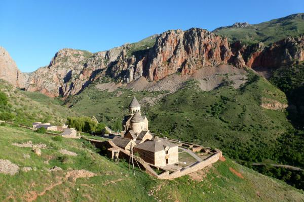 The complex of Noravank surrounded by mountains | Noravank klooster | Armenië